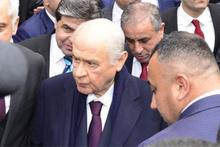 Devlet Bahçeli, Ferdi Tayfur'un 'Emmioğlu' şarkısıyla karşılandı!