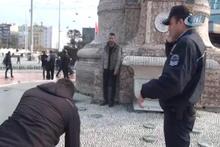 Taksim'de genç adam benzin döküp kendini yakmaya çalıştı