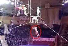 Talihsiz akrobat metrelerce yüksekten aşağıya düştü!
