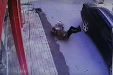 Hamile kadına otomobil çarptı! Kaza anı kamerada
