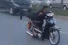 Yatarak motosiklet kullandı