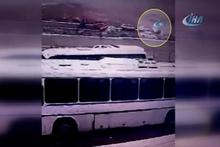 Direksiyon hakimiyeti kaybolan otomobil otoparka uçtu