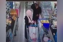 Marketde su içer gibi şampuan içen adam şoke etti!
