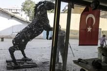 30 bin parça hurdadan at heykeli yaptı
