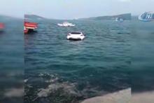 Arabasını denize itip taksiyle ayrıldı