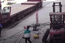 Patlayan lastik anne ve bebeğini havaya savurdu