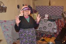 Yaşlı kadın altınları çalmaya gelen şahsa tüfekle direndi