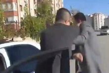 Beyaz TV muhabirini sokak ortasında evire çevire dövdü