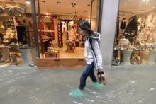 Venedik'te sel... Sokaklar sular altında kaldı
