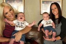 Eşcinsel çift aynı çocuğa beraber hamile kaldı! Dünyada bir ilk