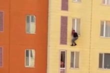 Camdan sarkan kocasının üzerine pencereyi kapattı