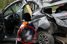 Feci kaza: TIR'ın çarptığı araç 30 metre sürüklendi!