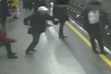 Metro'da dehşet! Bir anda raylara itti