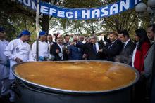 Meclis bahçesinde pişirilen 2 bin 500 kişilik künefe 1 saatte tükendi