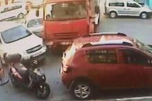 Freni patlayan kamyon araçlara çarpıp kuyumcuya daldı!