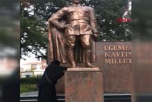 Atatürk Anıtı'na baltayla saldıran kadın aranıyor