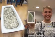 Rus genç yeni iPhone XS'in parasını bir küvet dolusu bozuk para ile ödedi