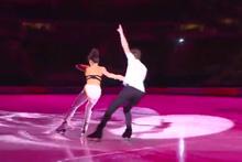Rus çift buz üstünde soyunarak dans etti!