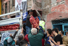 Belediye çuvalla soğan dağıttı izdiham yaşandı