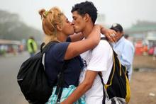 ABD'ye yürüyen onbinlerce göçmen yolu yarıladı! İşte son durum...