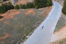 İlk kez drone gören kadın, cihazdan korkup kaçtı