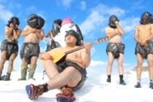 Marketlerde poşet yasağına kar üstünde çıplak çıplak türkü ile destek