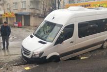 Esenyurt'ta yol çöktü servis içine düştü yaralılar var
