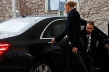 Theresa May makam aracında kilitli kaldı