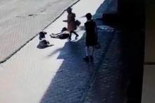 Korku dolu anlar! Sokak köpekleri küçük kıza saldırdı