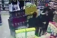 Markette çarpışan kadınlar saç başa böyle kavga etti