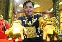 Sokağa çıkarken 13 kilo altın takıyor! Tran Ngoc Phu 5 korumayla dolaşıyor