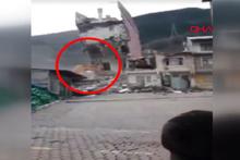 Yıkımı yapılan bina iş makinesinin üzerine çöktü