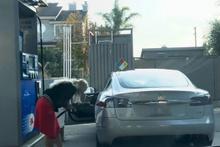 Tesla aracına benzin koymaya çalışan kadın güldürdü