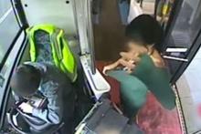 Halk otobüsünde çırılçıplak soyunup striptiz yaptı para istedi