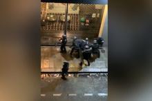 Paris'te polis şiddeti polisler vatandaşı sokak arasında linç etti şok görüntüler