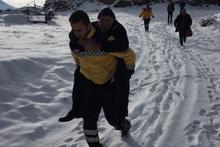 Kayseri'de yaşlı hastayı sırtında taşıyan memura bakın!