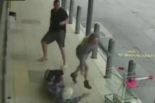 ATM sırasında 90 yaşındaki kadına uçan tekme attı