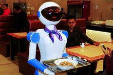 Dünya'da bir ilk! Garsonların hepsi robot!