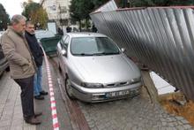 Maltepe'de kaldırım çöktü araç askıda kaldı