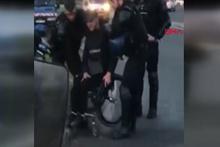 Fransız polisi engelli göstericiyi gözaltına aldı