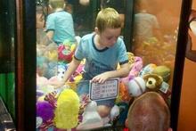 Oyun makinesinin içinde mahsur kaldı!