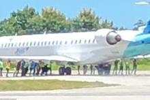 Bunu da gördük! Uçağı iterek çalıştırdılar