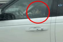 Lüks aracın direksiyonundaki emzikli çocuk şok etti