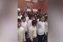 Şarkı söyleyen çocuk kahkahaya boğdu