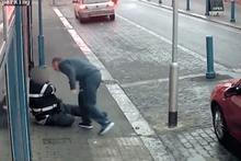 Ceza yiyeceğini anlayınca bir anda trafik polisine saldırdı!