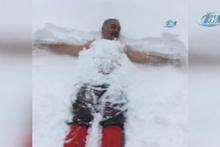 Doğa yürüyüşünde kar banyosu