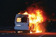Koyun sürüsüne çarpan minibüsü benzinle ateşe verdi!