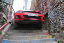 Arabasıyla merdivenlerden inmeye kalktı! İşte sonuç