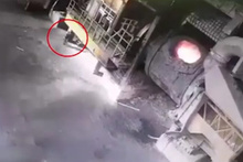 Erimiş çelik kazanından saniyelerle kurtulan işçi kamerada