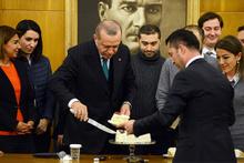 Gazeteciler Erdoğan'ın doğum gününü böyle kutladı!
